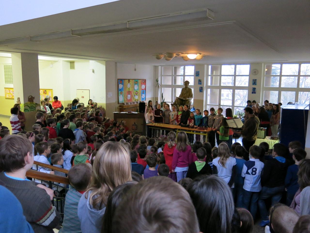 Předvánoční Oříšek na chodbě školy