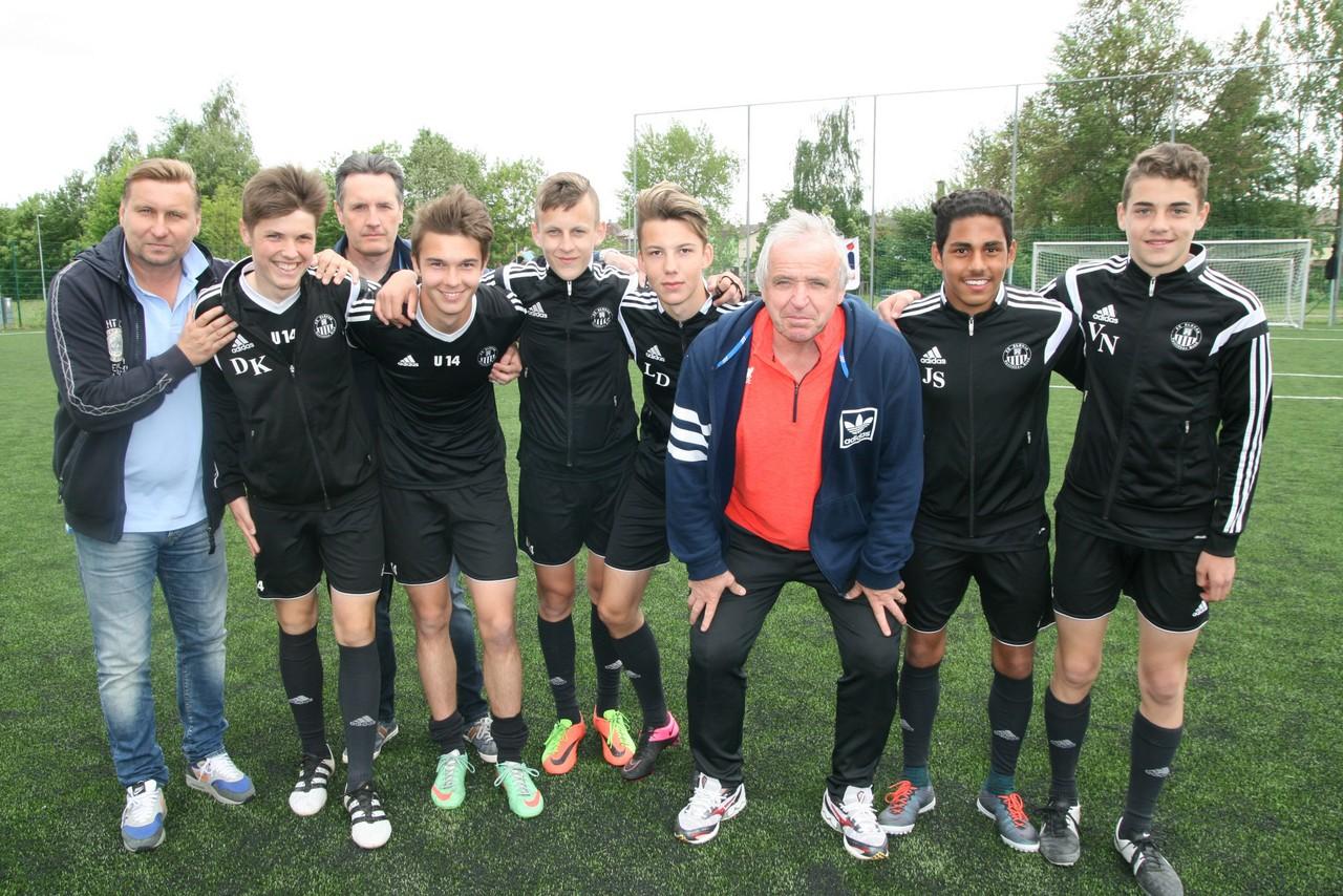 Mladí fotbalisté v roli rozhodčích